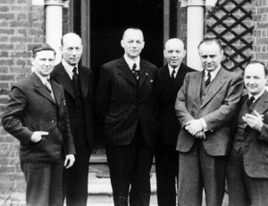 Generál František Moravec se svými spolupracovníky ve Velké Británii.