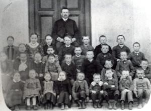 Karel Kněžourek se svými žáky v Litošici, r.1890.
