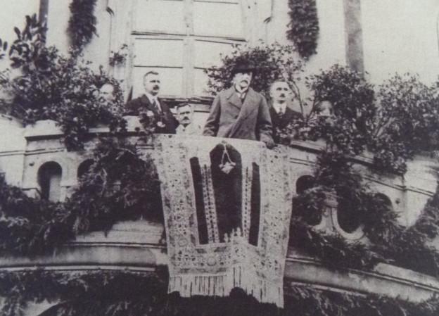 10 Pan president T.G.Masaryk navštívil Čáslav 23. září 1922. Přivítal ho starosta Karel Cibulka a na jeho prosbu vystoupil a promluvil z balkonu radnice