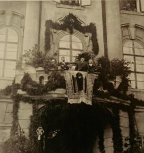 3 Pan president T.G.Masaryk navštívil Čáslav 23. září 1922. Přivítal ho starosta Karel Cibulka a na jeho prosbu vystoupil a promluvil z balkonu radnice.