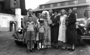 1936 výlet na Šumavu, zleva František Moravec, Tatiana, medvěd, manžel babiččiny sestry pan Formánek, Hana, Libuše Formánková a její dva synové Pavel a Vilém