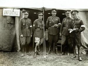 Generál František Moravec na dobovém snímku s kolegy.